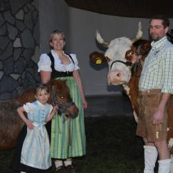 Binsalm-Wirtin und Wirt mit Magdalena und Kuh Laura
