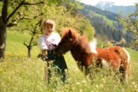 Pony Binsi mit Magdalena auf der Binsalm